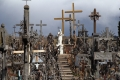 Berg der Kreuze - An den meisten größeren Kreuzen hängen wiederum viele Kleine. Wenn der Wind weht, klimpern tausende Kreuze und es erinnert an ein Glockenspiel.