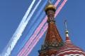 Moskau - Basilius-Kathedrale, auf den Platz davor darf ich nicht, dafür sehe ich aber einen Teil der Militärparade, der Luftraum ist normalerweise über Moskau das ganze Jahr gesperrt
