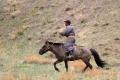 Viele Hirten sind inzwischen mit Motorädern unterwegs, je nach Terrain sieht man aber auch noch Pferde und Kamele
